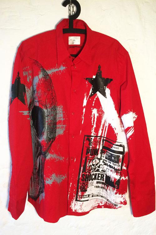 Rotes misprinthemd mit vielen drucken. allover in weiss, grau und schwarz. sterne, streifen, scull oder totenkopf.