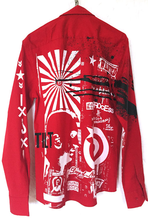 rotes Hemd mit schwarzem grafigdruck und weissen Splashes, Sternen und Niro