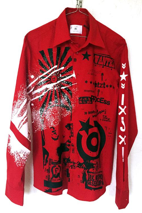 rotes Hemd mit Nirodruck in schwarz-weisse Spritzer und Grafiktextelemente.