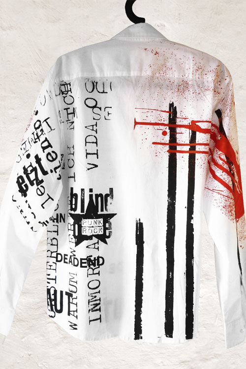 weisses hemd von msprint, mit schwarzen texten und roten spritzern