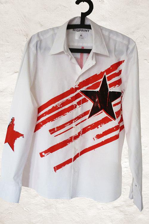 weisses hemd mit roten querstreifen und schwarzem stern
