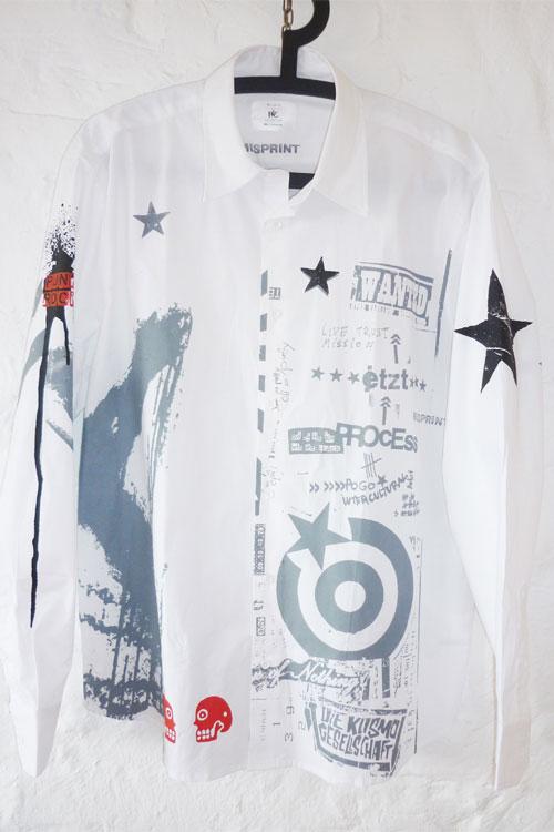weisses misprinthemd mit grauem druck. schwarze sterne und kleine rote elemente. punkrockstyle, clash